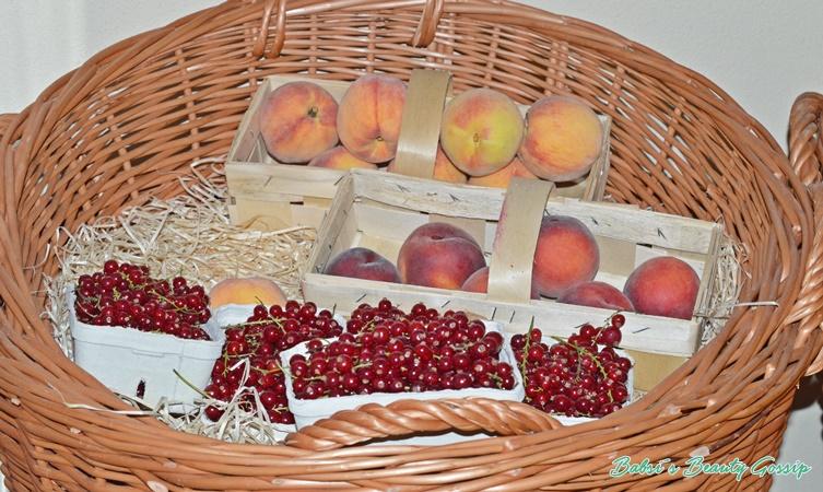 Pfirsiche und Beeren